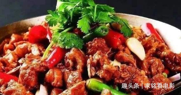 番茄烩金针菇,麻辣干锅排骨,青椒笋干烧排骨,卤海带