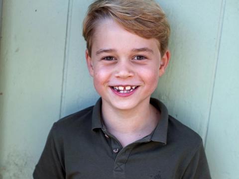 乔治小王子8岁了!威廉凯特晒出照片,致敬菲利普亲王