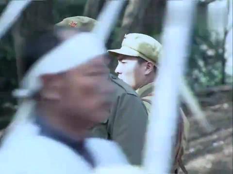 刀锋:战士们押送犯人,不料对面的发丧队伍有问题,是来劫法场的