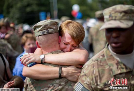 资料图:驻阿美军士兵完成在阿富汗的任务之后回国,与家人团聚。