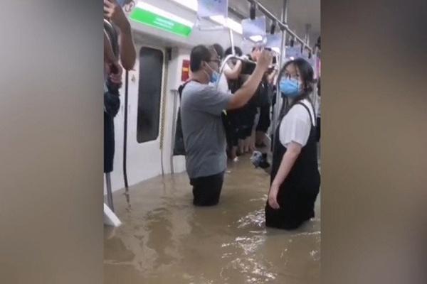 部分市民被困在郑州地铁五号线车厢内