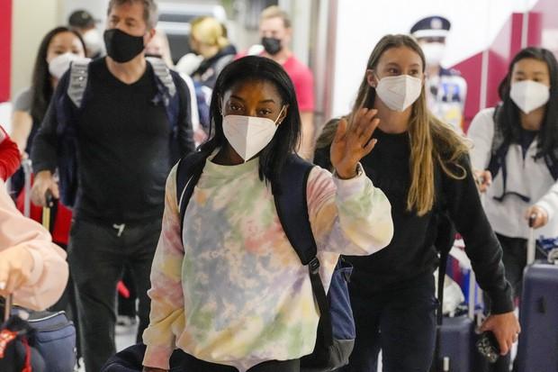 拜尔斯随美国体操队抵达日本机场 图自外媒