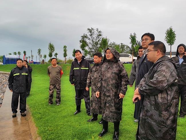 7月20日下午,水利部黄河水利委员会党组书记、主任汪安南冒雨检查指导河口村水库及沁河下游防洪工作。黄河网 图