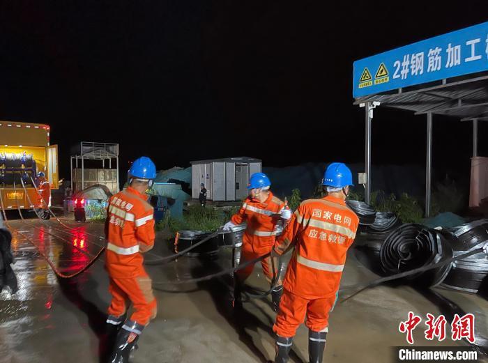 第一批抢修人员和发电车已于21日赶赴郑州。 国网山西省电力公司供图