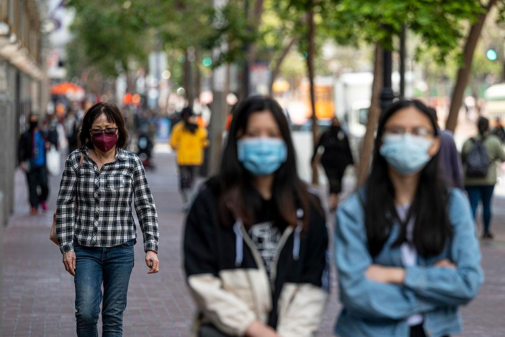 当地时间2021年7月19日,美国旧金山,佩戴口罩的通勤者。人民视觉图
