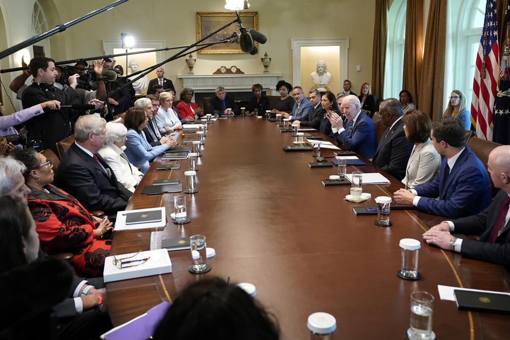 当地时间7月20日,拜登及其内阁官员在白宫西翼会议室举行会议。