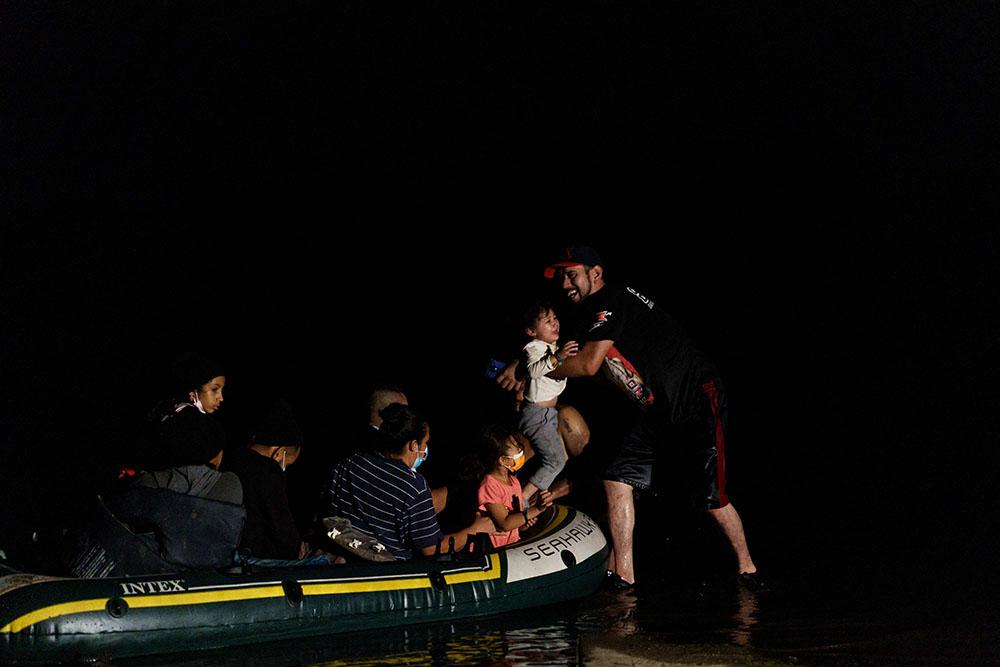 当地时间2021年7月7日,美国得克萨斯州格兰德河,非法移民们乘坐木筏抵达美国。人民视觉 图
