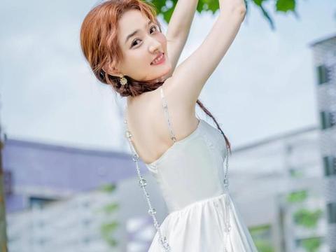 徐璐化身时尚博主,一袭白色吊带连衣裙,尽显女人味十足