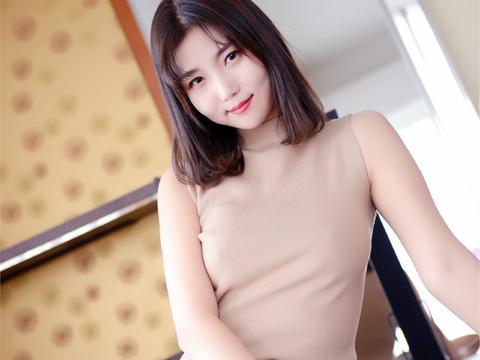 无袖的针织小衫搭配短款裙,能够彰显身材,性感又非常有灵性