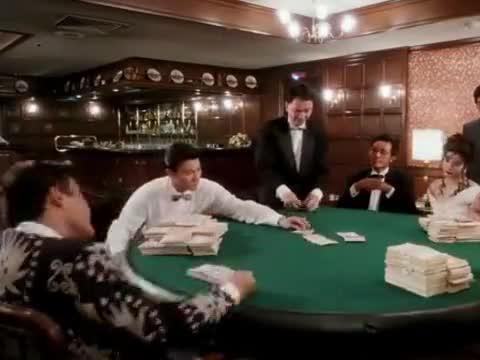 小伙出黑桃A被疑出老千,迅速把牌换成黑桃9,直接凑成同花顺