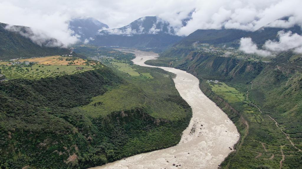 这是2020年7月30日拍摄的雅鲁藏布大峡谷(无人机照片)。新华社记者 孙非 摄