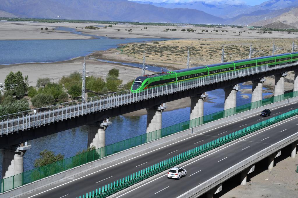 2021年6月16日,试运行的复兴号列车行驶在雅鲁藏布江畔。新华社记者 觉果 摄