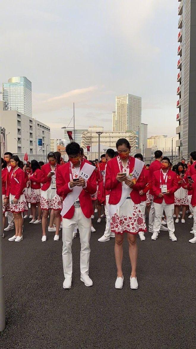 中国代表团出发参加开幕式:朱婷裙装造型抢镜 与赵帅走在前列