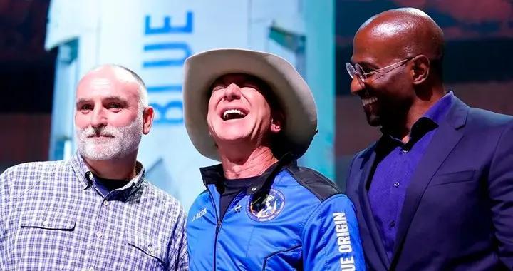 刚上完太空,贝佐斯落地就向这两个人各捐一个亿