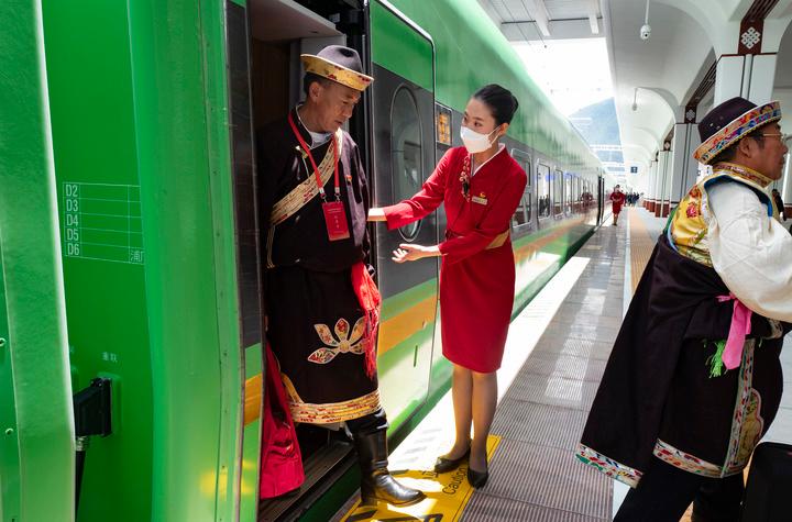 复兴号高原内电双源动车组抵达林芝站。(2021年6月25日摄)新华社记者 觉果 摄