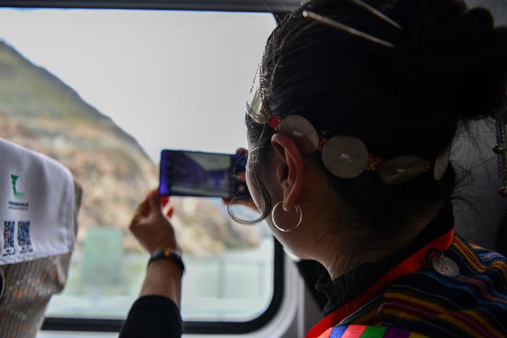 复兴号列车上的乘客用手机记录沿途风景。(2021年6月25日摄)新华社记者 晋美多吉 摄