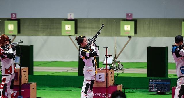 中国杨倩十米气步枪夺金,俄罗斯摘银,瑞士铜牌