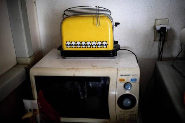 男子用面包机烤牛排烧毁房子,申请理赔发现不够重建