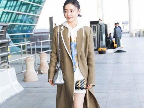 马甲线女神秀穿搭,机场出行穿风衣配长筒靴,优雅时尚不失少女感