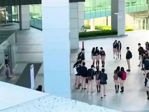 继承者们 金叹身穿高中校服, 出现在校园, 这身材真是绝了!