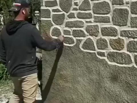外国的砌石匠脑洞大开, 随意在墙面上乱刻, 成品居然这么惊艳