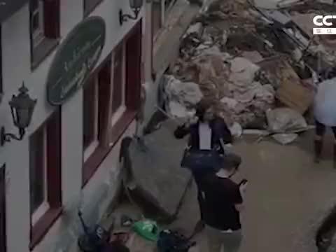 德国电视台记者报道前朝身上抹泥 谎称自己帮助清理受灾城镇