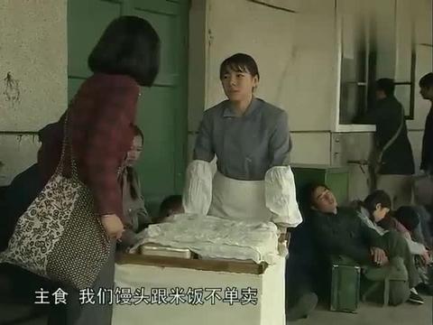 大厨吃饭只打米饭,不料竟是自己带了菜,盖子一开乘客吓懵了!