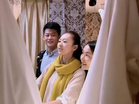 女友挑了个六千八的婚纱,男友嫌贵,不料导购说男友的西服上万