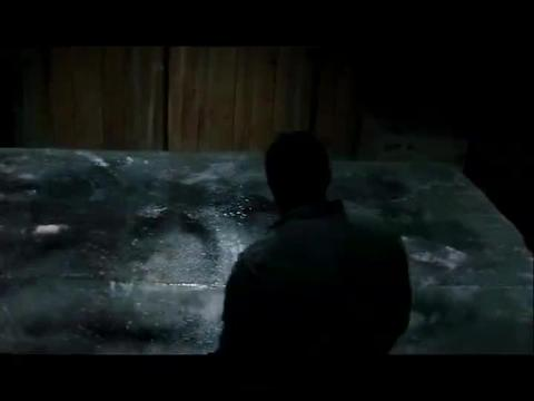 冰里有巨型蜘蛛,科研队还取出放回营地,没想到晚上它活了