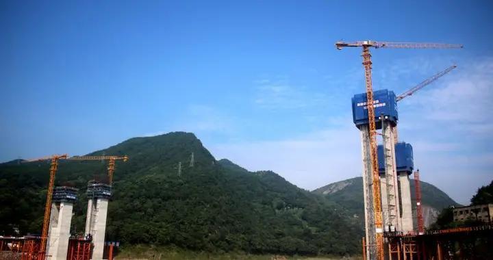 最新进展 渝武高速复线观音峡嘉陵江特大桥主墩建设过半