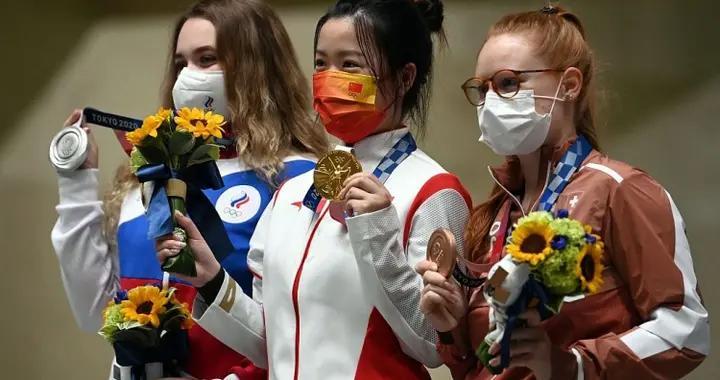 奥运会两美女参加气枪赛,杨倩拿到了金牌,另一位被喷蒙了
