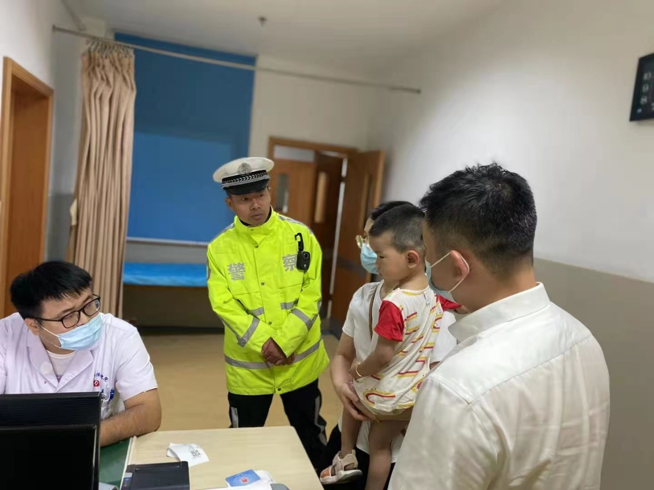 台风夜幼童受伤急需送医 舟山高速交警暖心护送