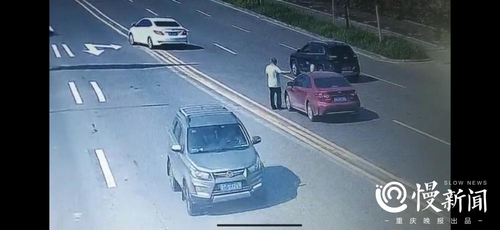 男子趴在引擎盖被顶行数公里 驾驶员竟是他的女友