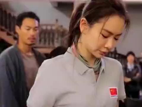 戚薇看到工作人员弄脏国旗,立马阻拦:国旗不能脏!