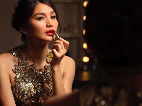 嘉玛·陈气质优雅,红毯穿金色礼服有点霸气,展现东方风情