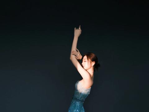 吴宣仪渐变蓝礼裙,抹胸开叉秀蜂腰长腿,身材火辣超吸睛