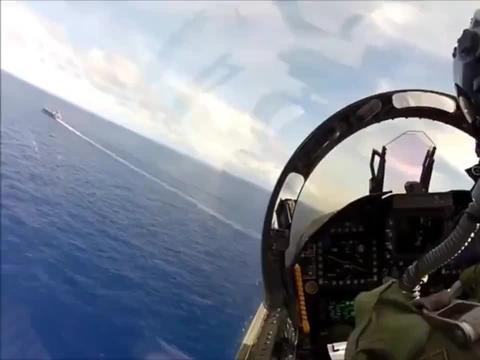 FA-18战斗攻击机,在航母上降落,飞行员的操作超硬核!