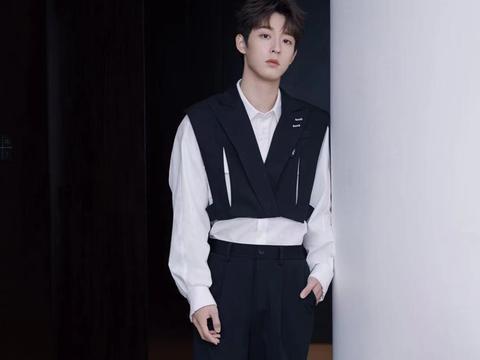 吴宇恒黑白配穿搭来了,秋季照着穿都很帅