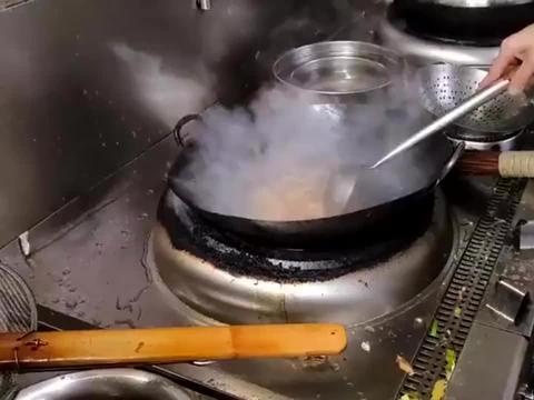 传说中的虫草花原来是这样的,大厨炒起来小心翼翼,食材太珍贵了