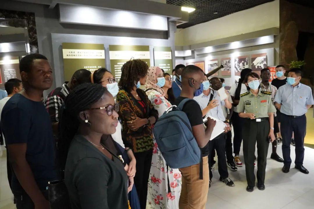 7月13日下午,来自13个非洲国家的青年代表在中国山西兴县参观了晋绥边区革命纪念馆。
