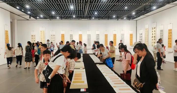 少儿书画公益培训班结业典礼暨书法习作汇报展在南宁举行