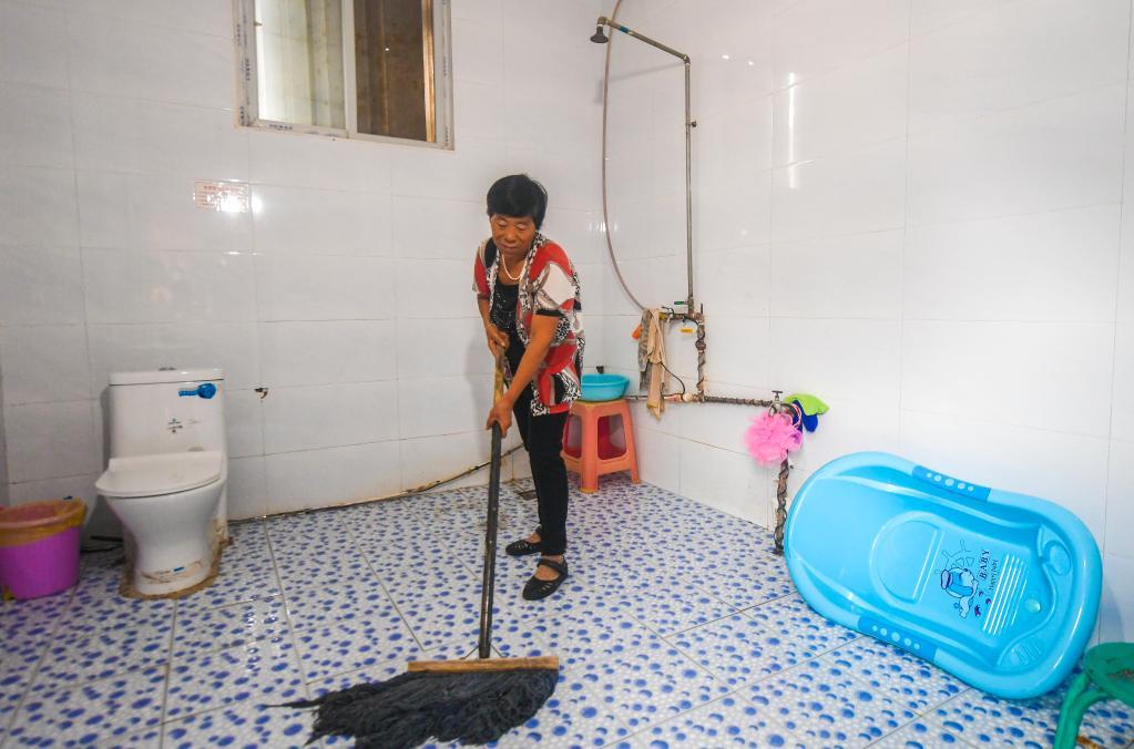 2019年9月10日,河北省永清县三圣口乡第四村村民在自家厕所打扫卫生。新华社记者 李晓果 摄
