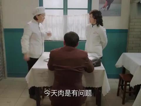 客人吃了饺子闹肚子,大厨一尝发现不对劲,下秒让他好看