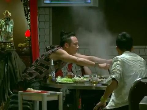 吴镇宇和小弟吃着火锅,故意把妹妹放出去,让谢天华上钩
