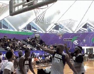 哈雷尔业余比赛中扣碎篮板+滚地庆祝,路威看着篮板一脸懵