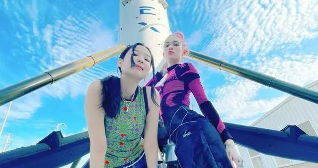 粉墨Jennie看火箭,香奈儿腰链惹眼,和特斯拉总裁女友大展姐妹情