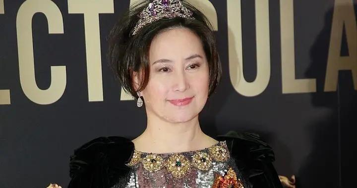 何超琼不愧是赌王一手带大的女儿,穿亮片裙戴皇冠,像个大公主