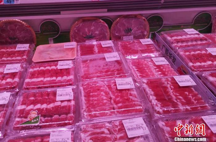 图为超市里的羊肉片。 中新网记者 谢艺观 摄