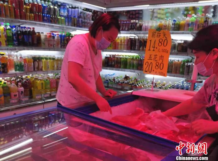 北京市西城区一家超市的猪肉价格。 中新网记者 谢艺观 摄