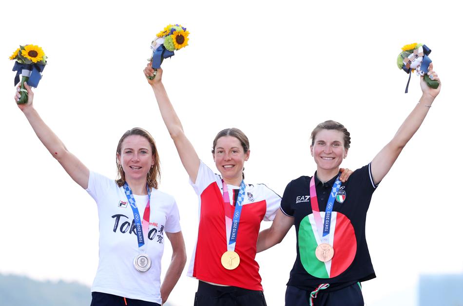 左起:银牌得主荷兰选手范费罗腾,金牌得主奥地利选手安娜·基森霍夫,铜牌获得者意大利选手丽莎·隆戈·博尔基尼。
